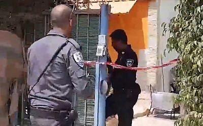 La police sur les liens d'un meurtre dans un foyer pour sans-abri Beit Yael, à Netanya,le 2 août 2018. (Crédit : capture d'écran Ynet)