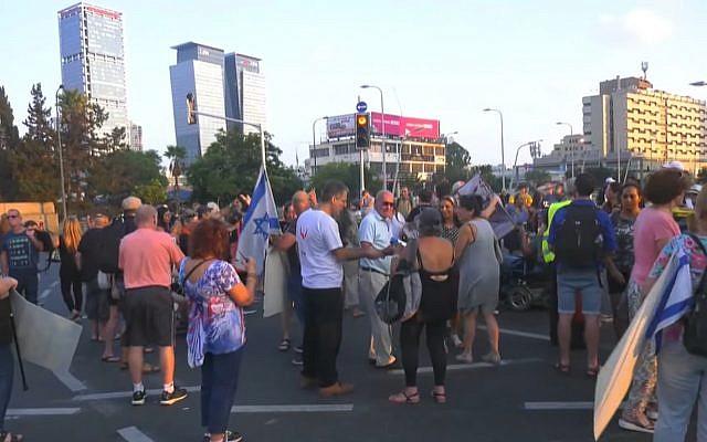 Des douzaines de militants à proximité du carrefour Azrieli de Tel Aviv, le 28 août 2018 (Capture d'écran : Ynet news)