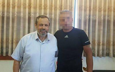 Le chef du conseil des habitants d'implantation juives de Hébron Yochai Damari, à gauche, avec le Palestinien venu en aide à la famille Mark après l'attentat terroriste qui avait tué le rabbin Miki Mark, le 1er juillet 2016 (Crédit : Conseil régional de Har Hebron)