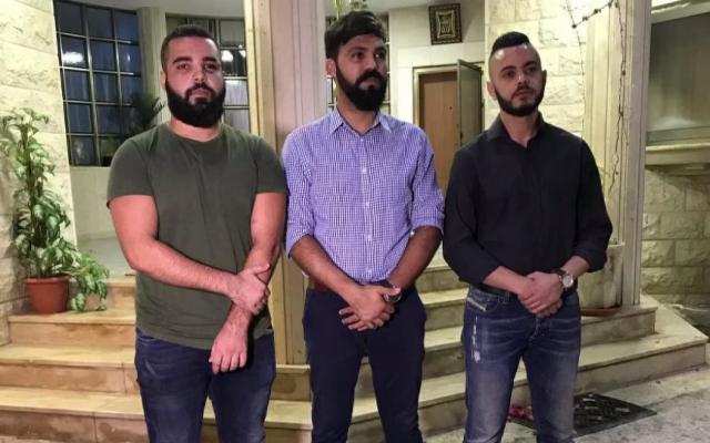 Les victimes d'un crime de haine Muhammad Yusifin, Muatasim Ayoub et Mawd Ayoub durant un événement de solidarité, le 28 août 2018. (Crédit : capture d'écran Dixième chaîne)