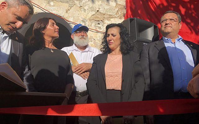De gauche à droite : Le ministre de l'Environnement et des affaires de Jérusalem Zeev Elkin, le ministre de la Culture Miri Regev, le président d'Ateret Cohanim Matti Dan, la députée du Likud   Nurit Koren et le candidat à la mairie de Jérusalem signent le livre d'or de l'ancienne synagogue yéménite rachetée par l'organisation Ateret Cohanim dans le quartier de Silwan, à Jérusalem-Est, le 1er août 2018 (Crédit : Sue Surkes)