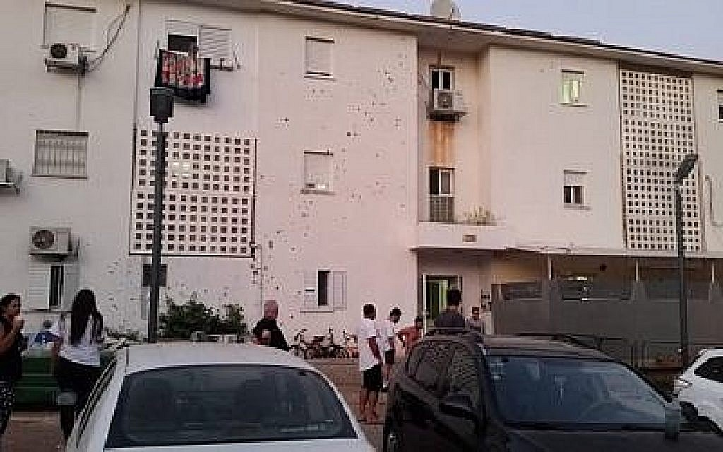 Un éclat d'obus sur le mur extérieur d'un immeuble dans la ville de Sderot, au sud du pays, le 8 août 2018, à la suite d'une roquette lancée de Gaza.
