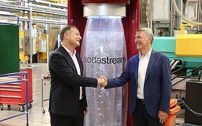 Le PDG de Sodastream Daniel Birnbaum (à gauche) et le PDG de PepsiCo Ramon Laguarta dans l'usine SodaStream, dans le Néguev, le 20 août 2018. (Crédit : Eliran Avital)