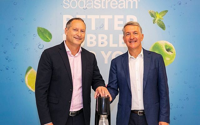 Le nouveau PDG de PepsiCo, Ramon Laguarta (à droite), et Daniel Birnbaum de SodaStream lors de la signature du contrat d'acquisition, le 20 août 2018, dans les bureaux de SodaStream en Israël (Lens Productions)