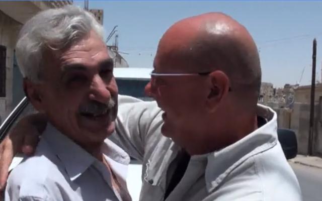 Ephraim Talabi, à droite, et Mohammed Amin a-Sati se rencontrent pour la première fois en 36 ans après la première guerre du Liban au domicile d'a-Sati à Zarqa, en Jordanie, juillet 2018 (Capture d'écran :  Hadashot )