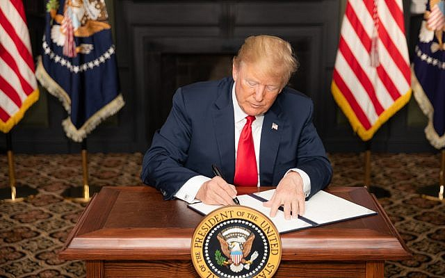 Le président américain Donald J. Trump signe une ordonnance exécutive sur les sanctions de l'Iran au Trump National Golf Club, à Bedminster Township, dans le New Jersey, le 6 août 2018. (Photo officielle de la Maison-Blanche par Shealah Craighead)