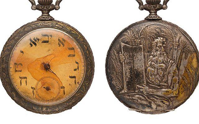 Une montre de poche avec des lettres hébraïques sur le cadran qui appartenait à un immigrant juif russe mort à bord du Titanic. (Twitter via JTA)