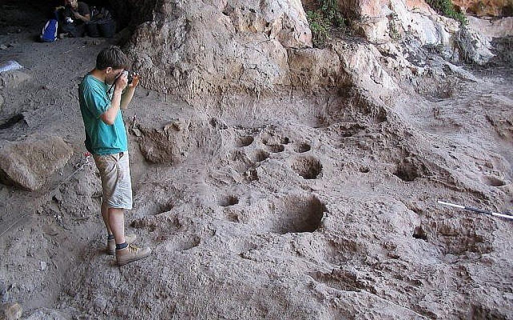 La grotte de Raqefet où une brasserie de 13 000 ans a a été découverte, août 2018 (Crédit : Dani Nadel, Université de Haïfa)