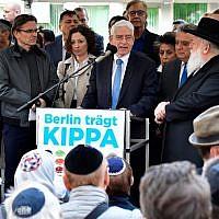 """Josef Schuster, président du Conseil central des Juifs d'Allemagne, s'exprime lors de l'événement """"Berlin porte la kippa"""", avec plus de 2000 Juifs et non-Juifs portant la calotte traditionnelle en signe de solidarité avec les Juifs le 25 avril 2018 à Berlin après une série d'incidents antisémites en Allemagne (AFP PHOTO / Tobias SCHWARZ)"""