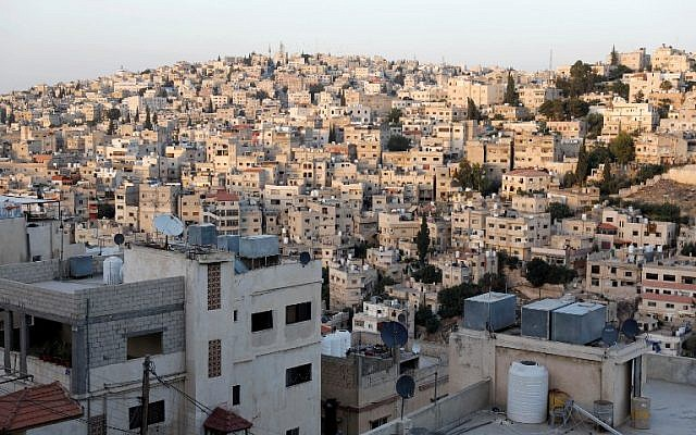 Cette photo montre une vue générale de l'est d'Amman et du quartier Nazzal le 8 juin 2018. (AFP Photo/Ahmad Gharabli)
