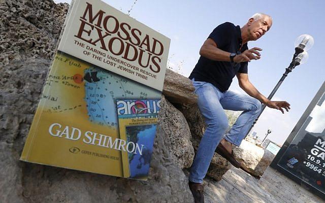 L'auteur israélien Gad Shimron, ancien agent du Mossad basé à Arous, au Soudan, évoque l'évacuation secrète des Juifs éthiopiens vers Israël dans les années 1980 à Tel Aviv,  le 23 août 2018 (Crédit : / AFP PHOTO / JACK GUEZ)