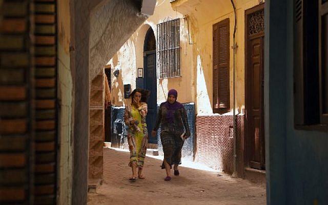 Deux femmes déambulent dans les rues de la Vieille Ville de portuaire de Tanger, au Maroc, le 13 août 2018. (Crédit : AFP/ FADEL SENNA)