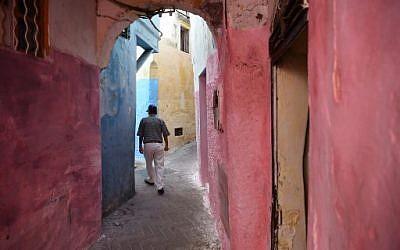Un homme déambule dans les rues de la Vieille Ville de portuaire de Tanger, au Maroc, le 13 août 2018. (Crédit : AFP/ FADEL SENNA)