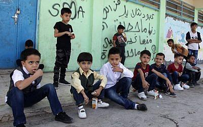 Des enfants palestiniens devant l'école de l'Office de secours et de travaux pour les réfugiés palestiniens (UNRWA) de l'ONU dans le camp de réfugiés de Baqaa, à proximité d'Amman, le 2 septembre 2018 (Crédit :  / AFP PHOTO / AHMAD ABDO)