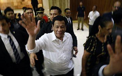 Le président des Philippines Rodrigo Roa Duterte, au centre, à son arrivée à Jérusalem au début d'une visite officielle en Israël le 2 septembre 2018 (Crédit :  / AFP PHOTO / MENAHEM KAHANA)