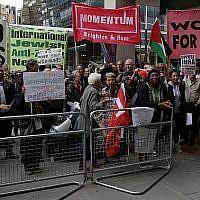 Des manifestants lors d'une manifestation aux abords des bureaux du parti d'opposition du Labour dans le centre de Londres, le 4 septembre 2018 (Crédit : AFP PHOTO / Daniel LEAL-OLIVAS)