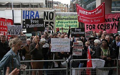 Manifestation devant les quartiers généraux du Labour, à Londres, le 4 septembre 2018. (Crédit : AFP / Daniel LEAL-OLIVAS)