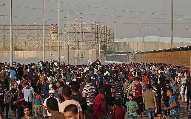 Des Palestiniens manifestent près du poste-frontière d'Erez, à Gaza, le 4 septembre 2018. (Crédt : AFP/Mahmud HAMS)