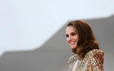 """Natalie Portman arrive pour l'avant-première de """"Vox Lux"""" à la Mostra de Venise, le 4 septembre 2018. (Crédit : AFP / Filippo MONTEFORTE)"""
