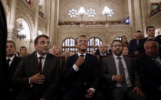 De gauche à droite : Le président du consistoire de Paris Joel Mergui, l'ancien président français Nicolas Sarkozy,  le président Emmanuel Macron, le grand-rabbin de France Haim Korsia, et le président du Sénat Gerard Larcher à la Grande Synagogue de Paris, à l'occasion d'une cérémonie pour Rosh Hashana, le 4 septembre 2018. (Crédit : AFP / POOL / YOAN VALAT)