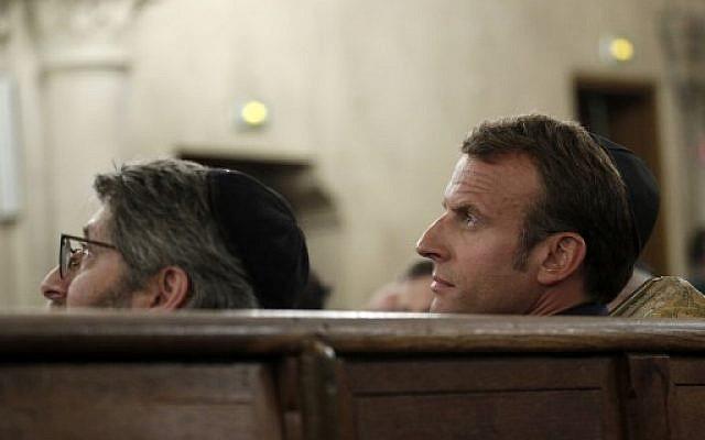 Emmanuel Macron et Haim Korsia à la Grande Synagogue de Paris, à l'occasion d'une cérémonie pour Rosh HaShana, le 4 septembre 2018. (Crédit : AFP / POOL / YOAN VALAT)