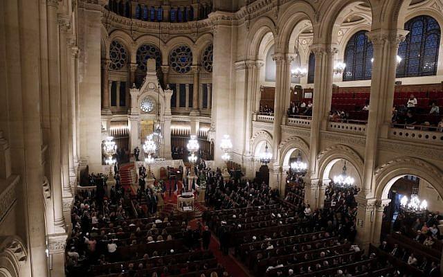 Des membres de la communauté juive française réunis à la Grande Synagogue de Paris, à l'occasion d'une cérémonie pour Rosh Hashana, le 4 septembre 2018. (Crédit : AFP / POOL / YOAN VALAT)
