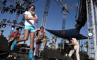 Le musicien Kevin Barnes, du groupe Rockers Of Montreal au festival de musique Coachella, en Californie, le 27 avril 2007. (Crédit : AFP/ GETTY IMAGES NORTH AMERICA / Frazer Harrison