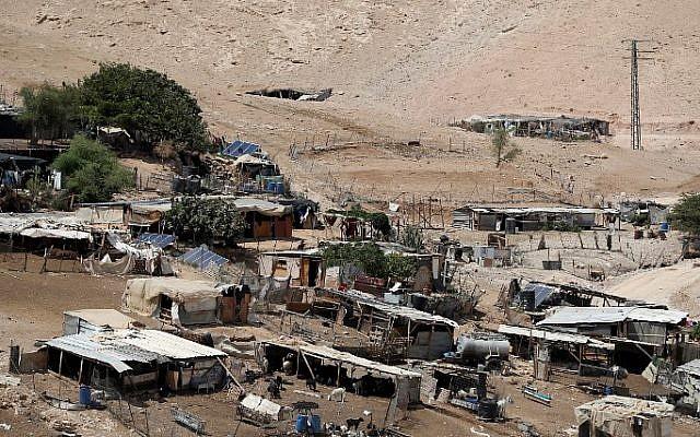 Le village bédouin de Khan al-Ahmar en Cisjordanie, le 6 septembre 2018 (Crédit : AHMAD GHARABLI/AFP)