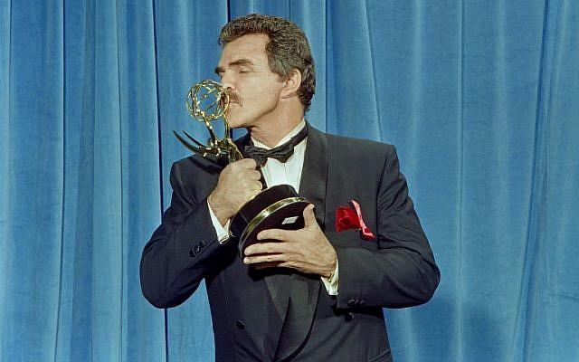 """L'acteur américain Burt Reynolds lors de la 43ème édition des Emmy Awards qui ont récompensé son premier rôle dans """"Evening Shade"""", le 25 août 1991. Il est décédé à 82 ans, le 6 septembre 2018.  (Crédit : / AFP PHOTO / Scott FLYNN)"""