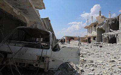 Les suites d'un bombardement des forces gouvernementales syriennes dans la ville d'Al Habit, au sud de la province d'Idlib, aux mains des rebelles, le 9 septembre 2018 (Crédit : AFP Photo/Omar Haj Kadour)
