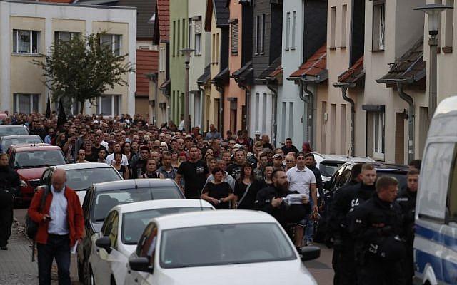 Une marche organisée à Koethen, dans l'est de l'Allemagne, suite au meurtre d'un Allemand de 22 ans, tué lors d'une bagarre, le 9 septembre 2018  (Crédit :. / AFP PHOTO / Odd ANDERSEN)