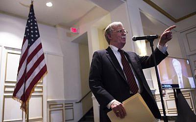 Le conseiller national à la sécurité américain, John Bolton, s'exprime devant la Federalist Society à Washington, le 10 septembre 2018 (Crédit :  AFP PHOTO / ANDREW CABALLERO-REYNOLDS