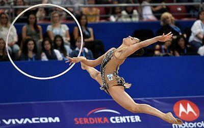 L'Israélienne Linoy Ashram lors de l'épreuve individuelle au cerceau aux championnats du monde de gymnastique rythmique à l'Arena Armeec à Sofia, le 11 septembre 2018 (Crédit :  / AFP PHOTO / Dimitar DILKOFF)