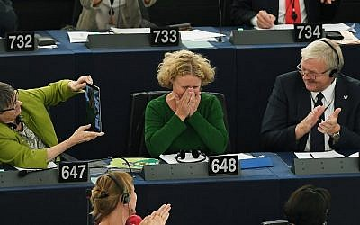 Judith Sargentini (C), membre du Parlement européen, réagit après le vote sur la situation en Hongrie lors d'une séance de vote au Parlement européen le 12 septembre 2018 à Strasbourg, Est de la France. (AFP PHOTO / FREDERICK FLORIN)