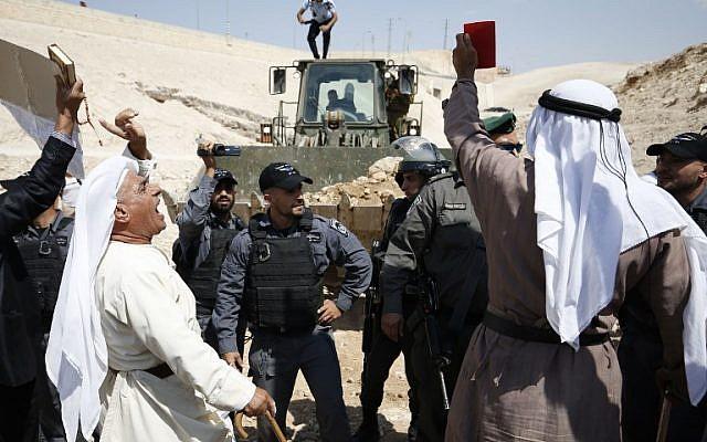 Les manifestants palestiniens scandent des slogans et affrontent les forces israéliennes lors d'une manifestation contre le blocage de la route menant au village palestinien de  Khan al-Ahmar en Cisjordanie, le 14 septembre 2018 (Crédit :  AFP PHOTO / ABBAS MOMANI)