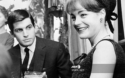 """Sur cette photo prise en 1962, l'actrice française d'origine allemande Romy Schneider et l'acteur américain George Hamilton boivent un verre pendant le tournage de """"Les Vainqueurs"""", réalisé à Londres par Carl Foreman (Crédit : AFP / STAFF)"""