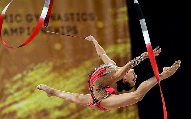 L'Israélienne Linoy Ashram pendant la finale all-around des championnats du monde de gymnastique rythmique à  l'Arena Armeec, à Sofia, le 14 septembre 2018 (Crédit :  AFP PHOTO / Dimitar DILKOFF)