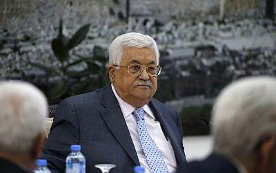 Le président palestinien Mahmoud Abbas préside une rencontre du comité exécutif de  l'Organisation de libération de la Palestine au siège de l'Autorité palestinienne à Ramallah, en Cisjordanie, le 15 septembre 2018 (Crédit : / AFP PHOTO / ABBAS MOMANI)