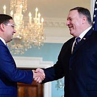 Le ministre marocain des Affaires étrangères Nasser Bourita (à gauche) serre la main du secrétaire d'État américain Mike Pompeo au département d'État américain à Washington, DC, le 17 septembre 2018. (AFP PHOTO / Jim WATSON)