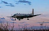 Une photo prise le 23 juillet 2006 montre un avion russe de type  IL-20M (Ilyushin 20m) atterrissant dans un lieu inconnu (Crédit : AFP PHOTO / Nikita SHCHYUKIN)