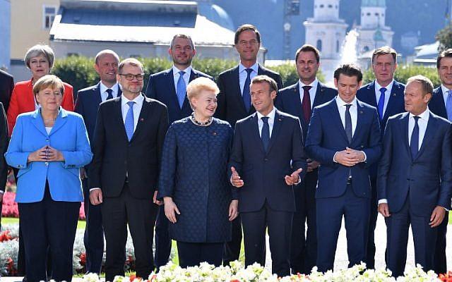 Les participants posent pour une photo de famille dans le jardin de Mirabellgarten devant l'Université Mozarteum lors du Sommet informel des chefs d'État ou de gouvernement de l'UE à Salzbourg, Autriche, le 20 septembre 2018 (Première rangée, de gauche à droite) La chancelière allemande Angela Merkel, le Premier ministre finlandais Juha Sipila, la Présidente lituanienne Dalia Grybauskaite, le Président français Emmanuel Macron, le Chancelier autrichien Sebastian Kurz et le président du Conseil européen Donald Tusk ; (rangée derrière, de gauche à droite) Le Premier ministre britannique Theresa May, le Premier ministre maltais Joseph Muscat, le Premier ministre slovaque Peter Pellegrini, le Premier ministre néerlandais Mark Rutte, le Premier ministre luxembourgeois Xavier Bettel, le Premier ministre de Lettonie Maris Kucinskis et le Premier ministre italien Giuseppe Conte. (AFP PHOTO / JOE KLAMAR)