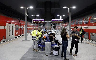 Une vue partielle de la plateforme de départ du train à Grande vitesse entre Jérusalem et Tel Aviv à la gare Yitzhak Navon de Jérusalem, le 20 septembre 2018 (Crédit :  / AFP PHOTO / THOMAS COEX)