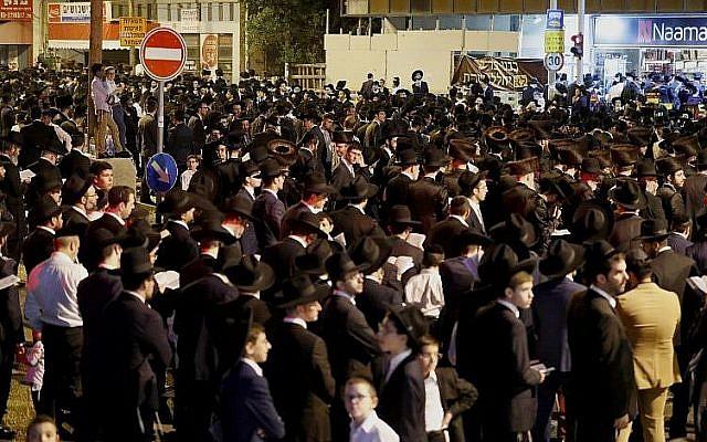 Des manifestants ultra-orthodoxes bloquent une route pendant une manifestation contre le chantier du tramway aux abords de Bnei Brak, près de Tel Aviv, le 21 septembre 2018 (Crédit : AFP PHOTO / JACK GUEZ)