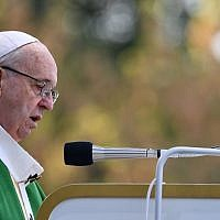 Le pape François participe à une messe en plein air au parc Santakos à Kaunas le 23 septembre 2018, lors de sa tournée en Lituanie et dans d'autres pays baltes. (Crédit : AFP / Vincenzo PINTO)