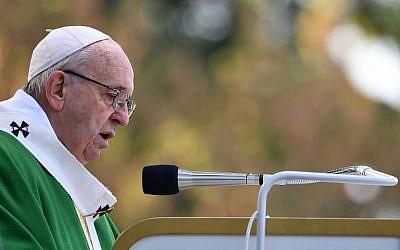 Le pape François participe à une messe en plein air au parc Santakos à Kaunas le 23 septembre 2018, lors de sa tournée en Lituanie et dans d'autres pays baltes. (Crédit : AFP / Vincenzo PINTO)