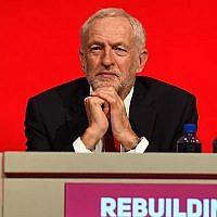 Le dirigeant du Parti travailliste britannique, Jeremy Corbyn, durant un discours lors de la conférence du parti travailliste à Liverpool, en Angleterre, le 23 septembre 2018, jour de l'ouverture officielle de la conférence annuelle du parti travailliste. (AFP PHOTO / Paul ELLIS)