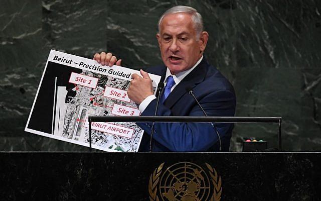 Le Premier ministre Benjamin Netanyahu s'adresse à l'Assemblée générale des Nations Unies à New York le 27 septembre 2018 et brandit une carte indiquant les sites de missiles présumés du Hezbollah à Beyrouth. (AFP / TIMOTHY A. CLARY)