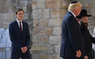 Le haut-conseiller à la Maison Blanche  Jared Kushner, à gauche, regarde le président américain Donald Trump, son beau-père, au mur Occidental, dans la Vieille Ville de Jérusalem, le 22 mai 2017 ( Crédit : AFP Photo/Mandel Ngan)