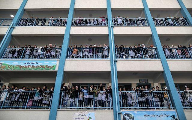Des fillettes palestiniennes posent pour une photo de groupe dans une école appartenant à l'UNRWA à Gaza City durant une visite du commissaire général de l'agence d'aide aux réfugiés palestiniens (Crédit : AFP PHOTO / MAHMUD HAMS)