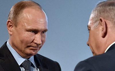 Le président russe Vladimir Poutine, à gauche, et le Premier ministre Benjamin Netanyahu lors d'un événement de la journée internationale des victimes de la Shoah et de la levée du siège de Stalingrad par les nazis au musée juif de Moscou, le 29 janvier 2018 (Crédit : AFP Photo/Vasily Maximov)